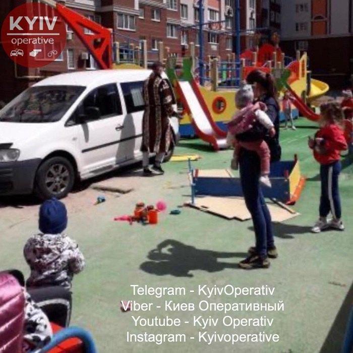 Неадекват в халате припарковал Volkswagen на детской площадке