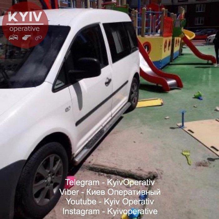 Volkswagen, припаркованный посреди детской площадки под Киевом