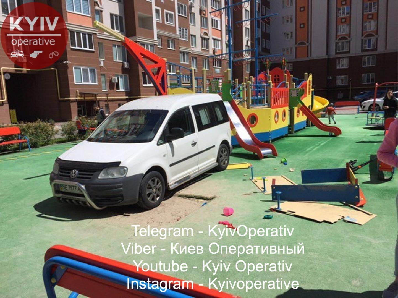 Volkswagen, припаркованный на детской площадке под Киевом