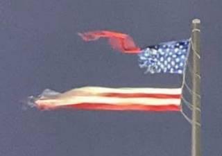 Это знак? Молния разорвала самый большой национальный флаг США в мире