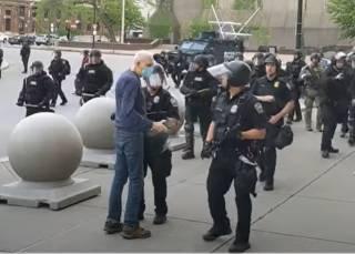 Появилось видео, как во время протестов в американском Буффало полицейские жестоко избили старика
