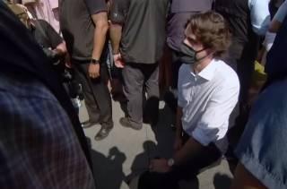 Появилось видео, как премьер Канады встал на колено во время марша против расизма