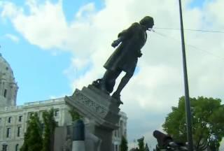 Появилось видео, как толпа сносит памятник Христофору Колумбу в США