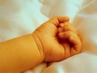 На Херсонщине сильно избили 7-месячную девочку и бросили в доме одну