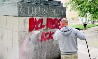 «Был расистом»: в Праге разрисовали памятник Уинстону Черчиллю