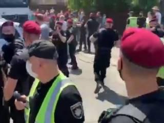 На столичной Русановке вспыхнули массовые беспорядки
