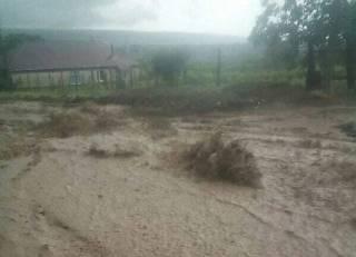 В одесском Рени потоки грязной воды затопили дома и размыли дороги