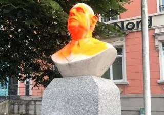 «Сторонник рабства»: вандалы атаковали бюст Шарля де Голля во Франции