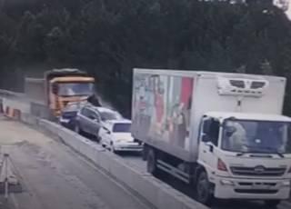Появилось видео эпичного ДТП с фурой и пятью автомобилями в России