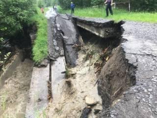 Мощные потоки воды снесли мост, ведущий к границе с Польшей