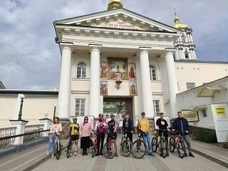 Священник и верующие УПЦ преодолели 430 км за сутки на велосипедах из Почаева в Киев