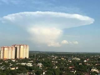 В небе над Киевом засекли редчайший «ядерный гриб»