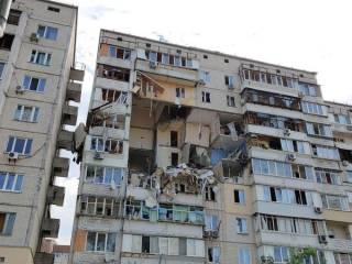 В Киеве мощным взрывом разворотило половину подъезда многоэтажки