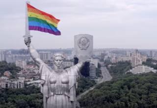 Вандалы осквернили Родину-мать в Киеве «голубым» флагом