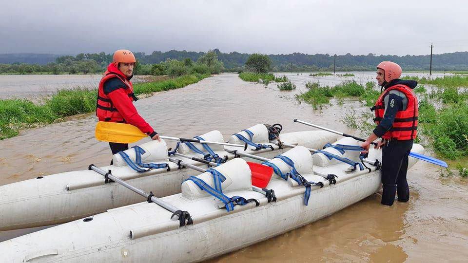 вышедшая из берегов река затопила село