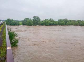 На Львовщине вышедшая из берегов река затопила село