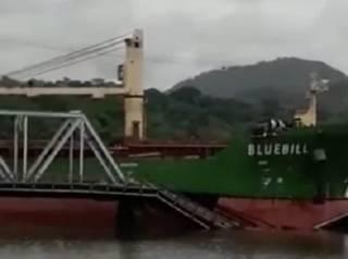 Появилось видео, как в Панаме танкер эпично врезался в мост