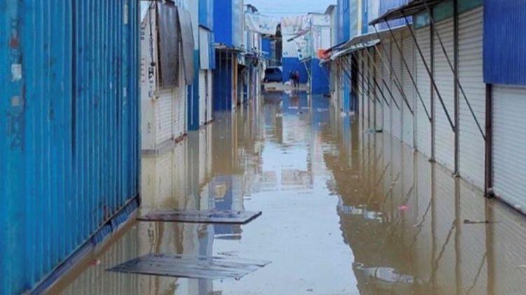 паводок затопил крупнейший рынок в Черновцах