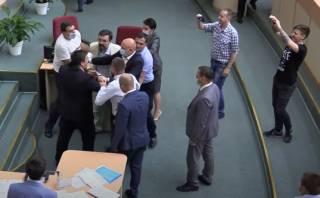 Драка российских депутатов повеселила интернет