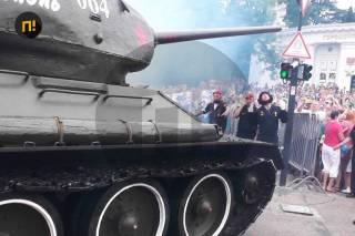 В Севастополе во время парада Победы танк чуть не раздавил зрителей