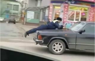В Одессе пьяный водитель более 100 метров катал полицейского на капоте
