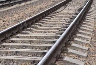 В Черновицкой области мужчина зачем-то лег под поезд