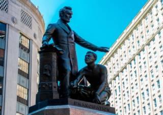 В Бостоне демонтируют памятник Линкольну, отменяющему рабство