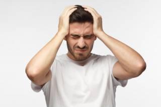 Невролог объяснил, почему у нас болит голова