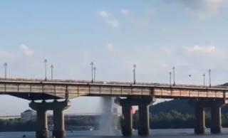 На одном из киевских мостов после прорыва трубы образовался настоящий фонтан