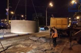В Киеве на перекрестке проспектов образовался четырехметровый провал