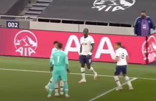 Футболисты английского клуба устроили драку прямо на поле