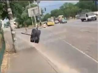 В Киеве оторвавшееся на ходу колесо у маршрутки едва не убило женщину