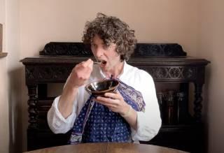 Британский биолог поджарил и съел грибы, которые выросли на страницах его книги