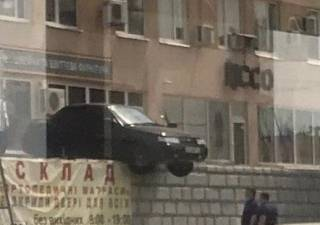 Эпичная парковка харьковского водителя развеселила соцсети