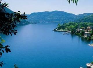 На элитном итальянском озере полиция «обезвредила» группу нудистов
