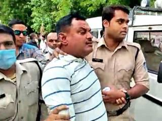 Появилось видео, как полицейские пристрелили главного преступника Индии