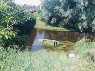 На Львовщине неуправляемый автомобиль сбил велосипедиста и упал с моста в реку