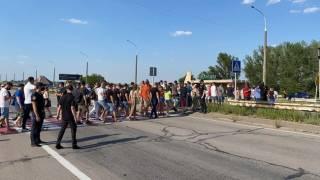 Работники ночных клубов перекрыли дорогу на Херсонщине