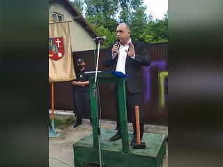 Мэр Золочева с кувалдой пришел к дому священника УПЦ