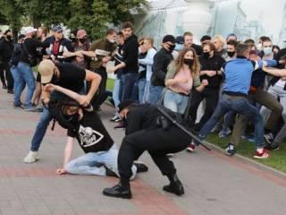 В Минске протестующие «змагары» эпично подрались с милицией