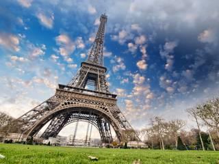 Мир возвращается к жизни: в Париже полностью заработала Эйфелева башня