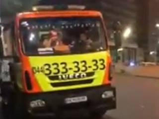 В Киеве водитель эвакуатора открыл огонь по подрезавшему его авто