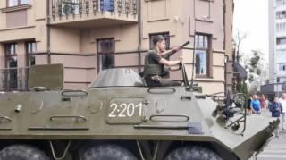 В центр Луцка стягивают бронетехнику. Террорист грозится устроить взрыв дистанционно