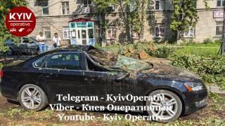 На Киев обрушилась стихия. Падали деревья, автомобили буквально плавали