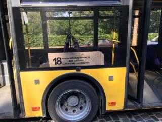 Кондуктор киевского троллейбуса провоцировала пассажиров нарушать карантин, а в салоне спал пьяный