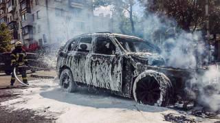 В центре Киева взорвался автомобиль. Сгорели две машины
