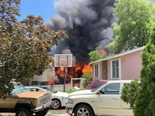 В США самолет «спикировал» на жилой дом, ‒ есть жертвы