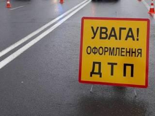 В Киеве легковушка на скорости врезалась в многотонный грузовик