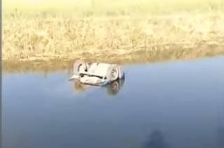 В России автомобиль с людьми утонул в канале