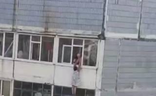 В Запорожье женщина повисла за окном девятого этажа. Ее чудом удалось спасти
